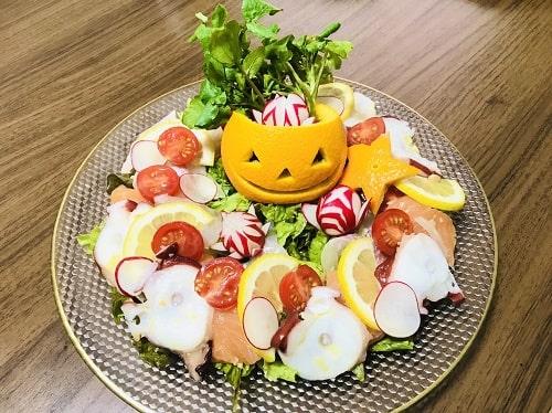 サラダをハロウィンらしい盛り付けに