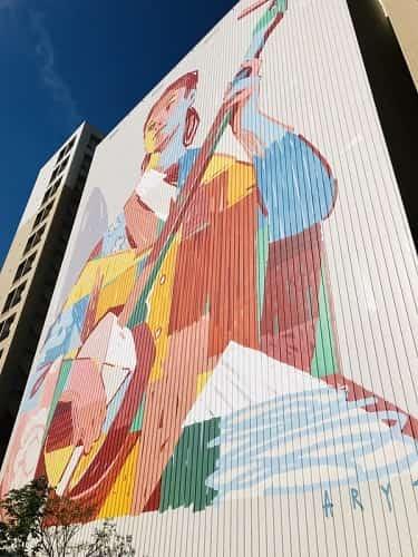 建物にはおしゃれなアートが施されている