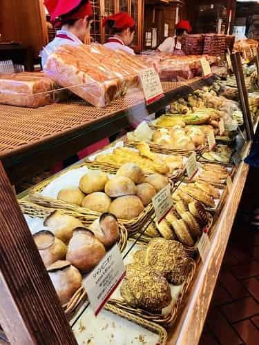 スペイン製の石窯で焼き上げられたパンが ずらりと並ぶ
