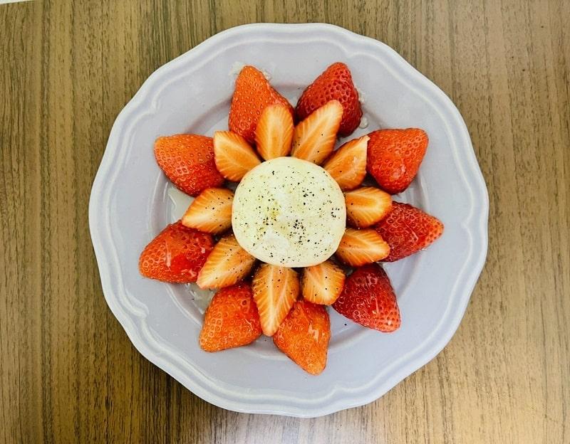 ブッラータと苺のカプレーゼ